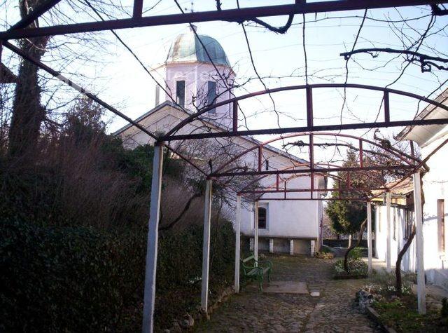 Арбанашки манастир - Дворът (Снимка 8 от 14)