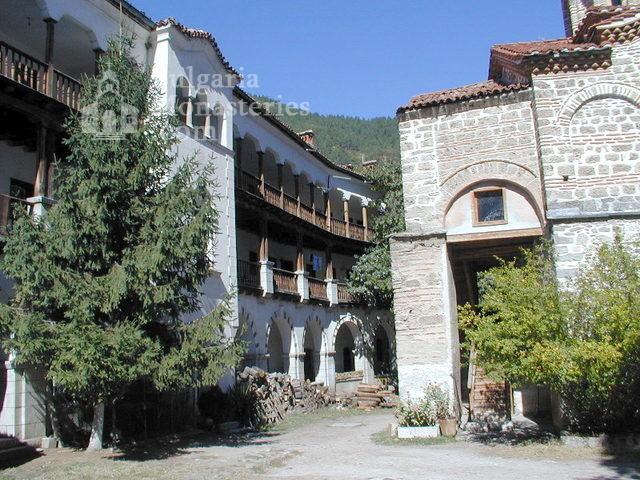 Бачковски манастир  - Манастирският двор (Снимка 10 от 30)