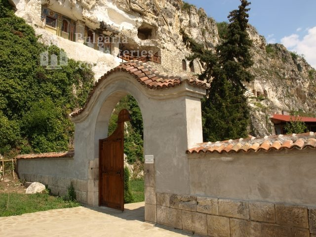 Басарбовски манастир -  Входът на манастира (Снимка 3 от 34)