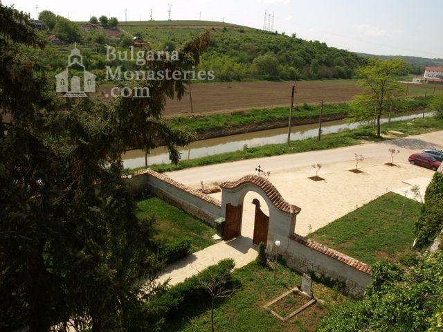 Басарбовски манастир -  Входът на манастира (Снимка 7 от 34)