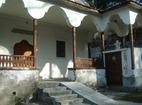 Белащински манастир - Входът на църквата с аязмото