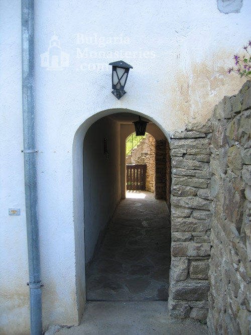 Чекотински манастир - Манастирският вход (Снимка 8 от 17)