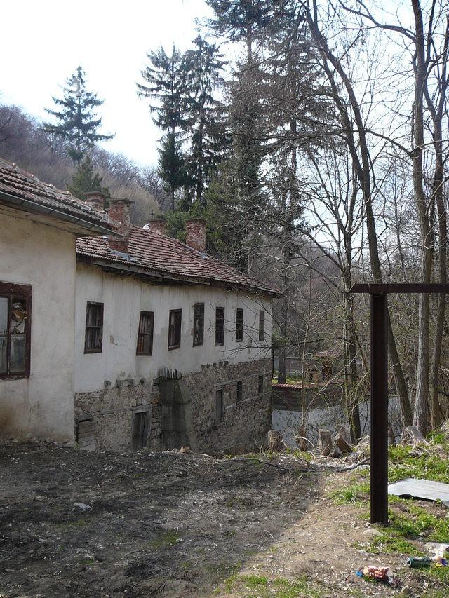 Дивотински манастир - Манастирският двор (Снимка 4 от 16)