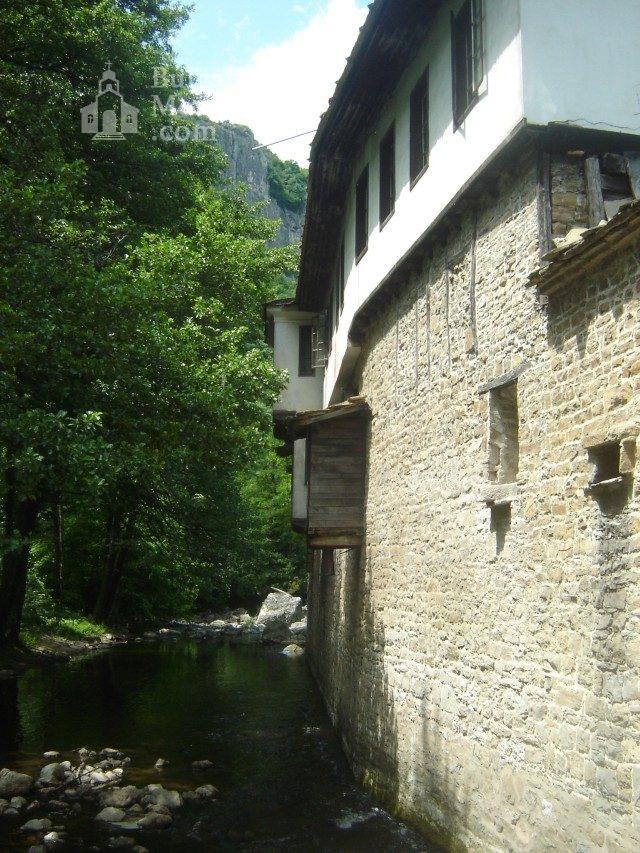 Дряновски манастир - Комплексът от вън (Снимка 8 от 22)
