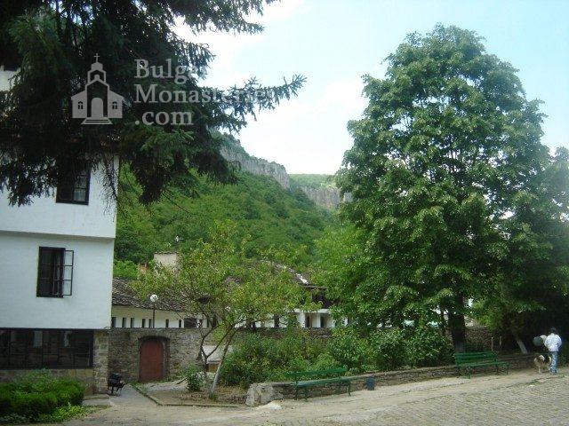 Дряновски манастир - Манастирският двор (Снимка 9 от 22)