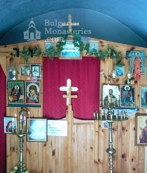 Горнобрезнишки манастир - Вътрешността на църквата (Снимка 3 от 8)