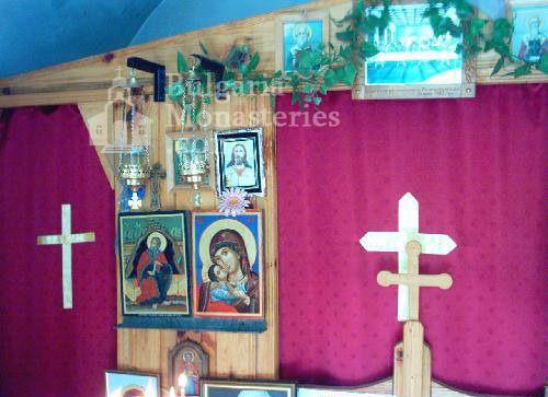 Горнобрезнишки манастир - Вътрешността на църквата (Снимка 4 от 8)