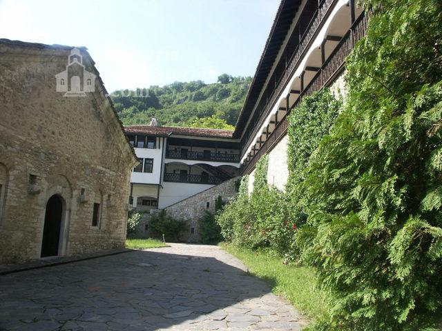 Горноводенски манастир - Манастирският двор (Снимка 12 от 20)