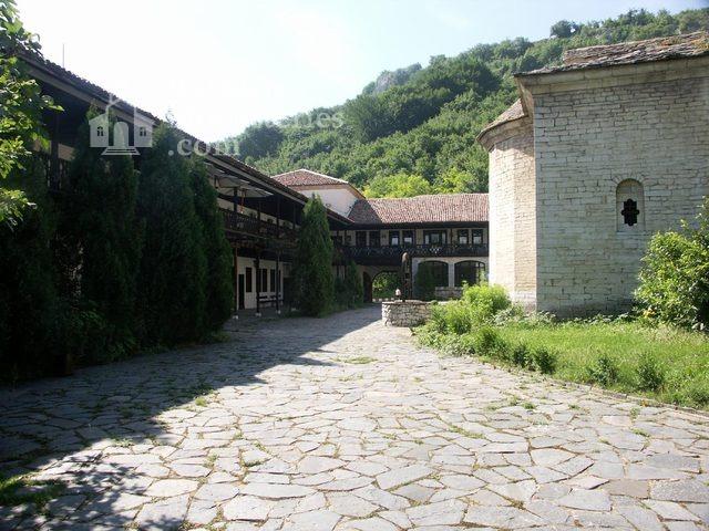 Горноводенски манастир - Манастирският двор (Снимка 14 от 20)