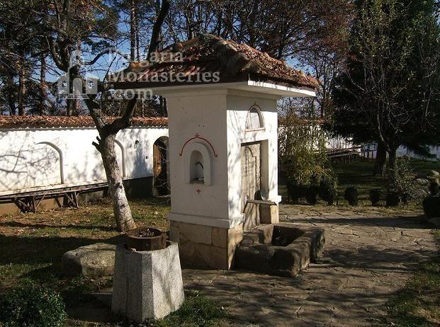 Гранишки манастир - Дворът с чешмата (Снимка 3 от 4)