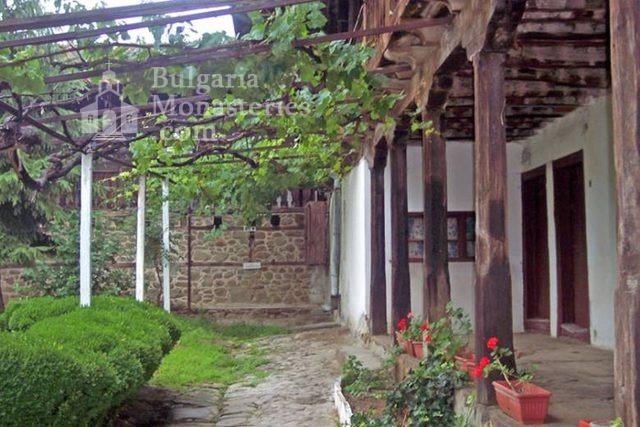 Къпиновски манастир - Дворът на манастира (Снимка 8 от 20)