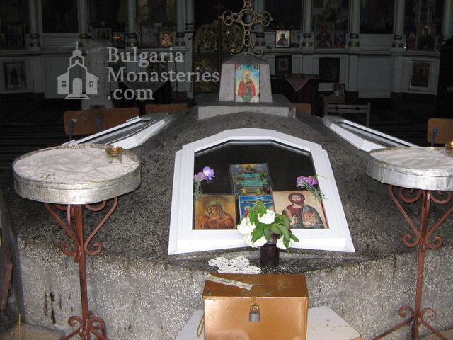 Каранвърбовски манастир - Аязмото в храма (Снимка 2 от 26)