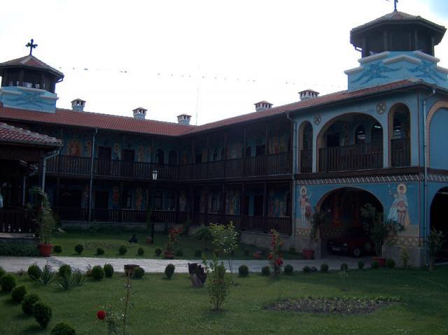Кърджалийски манастир - Вътрешен двор (Снимка 5 от 6)