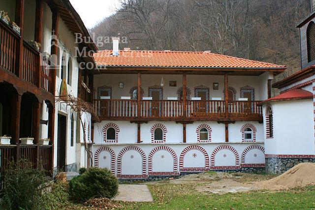 Кокалянски манастир - Вътрешният двор (Снимка 16 от 20)