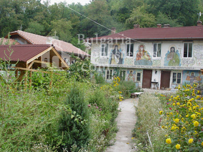 Курилски манастир - Манастирският двор (Снимка 4 от 21)