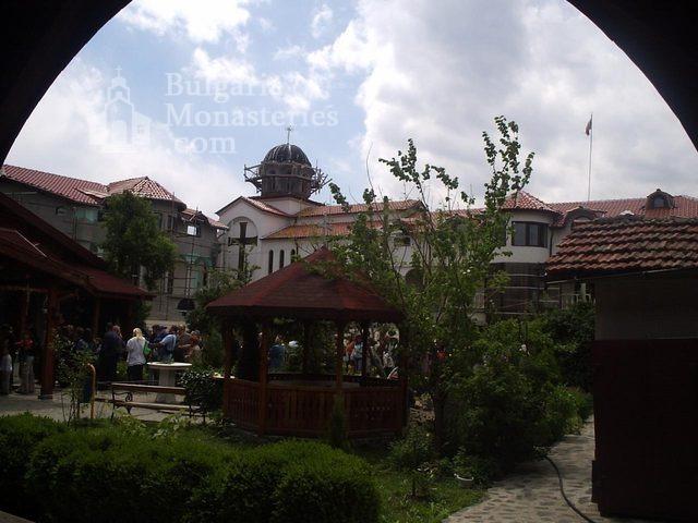 Обрадовски манастир - Манастирският двор (Снимка 4 от 18)