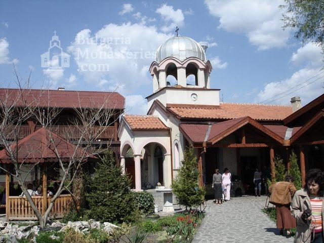 Обрадовски манастир - Манастирският двор (Снимка 7 от 18)