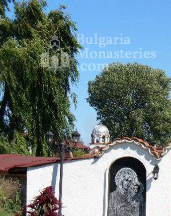 Обрадовски манастир - Манастирският двор (Снимка 13 от 18)
