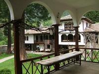 Осеновлашки манастир - Манастирският двор
