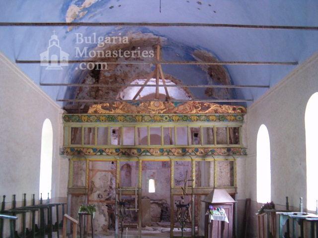 Пещерски манастир - Вътрешността на църквата (Снимка 6 от 10)