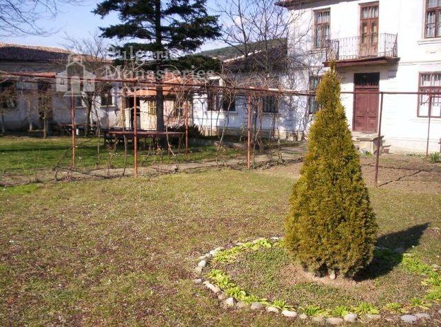 Присовски манастир - Манастирският двор (Снимка 6 от 16)