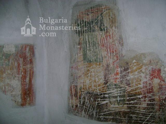Разбоишки манастир - Замазаните стенописис в църквата (Снимка 9 от 27)