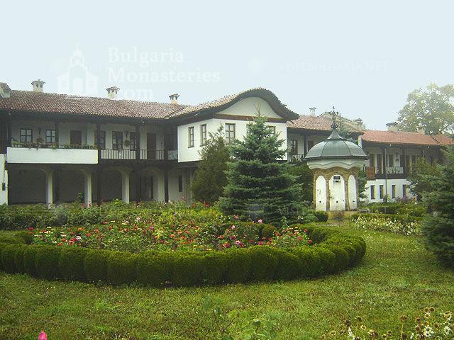 Соколски манастир - Дворът на манастира (Снимка 6 от 40)