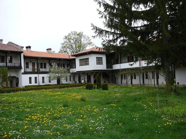 Соколски манастир - Дворът на манастира (Снимка 15 от 40)