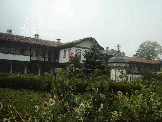 Соколски манастир - Жилищните сгради (Снимка 8 от 40)