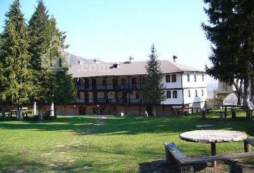 Струпешки манастир - Манастирският двор (Снимка 9 от 11)