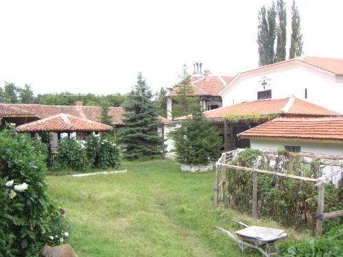 Устремски манастир - Вътрешният двор (Снимка 10 от 23)