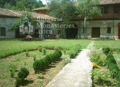 Plakovski Monastery - The courtyard of the monastery (Picture 8 of 12)
