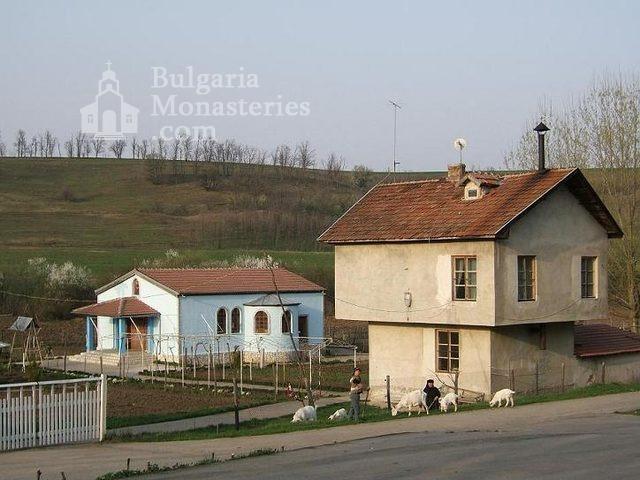 Айдемирски манастир - Манастирският двор (Снимка 2 от 11)