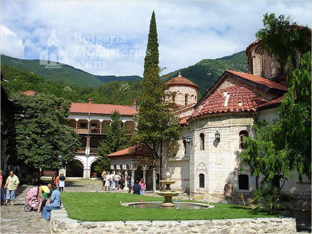 Бачковски манастир  - Дворът (Снимка 26 от 30)
