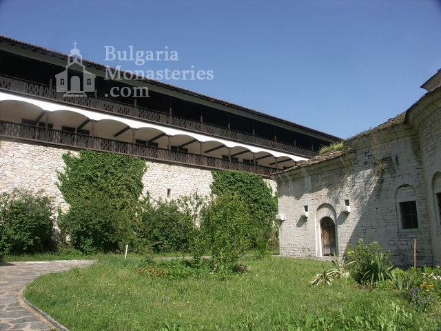 Горноводенски манастир - Манастирският двор (Снимка 4 от 20)