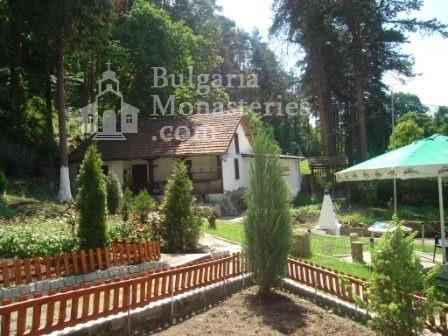Изворски манастир - Манастирският двор (Снимка 4 от 5)