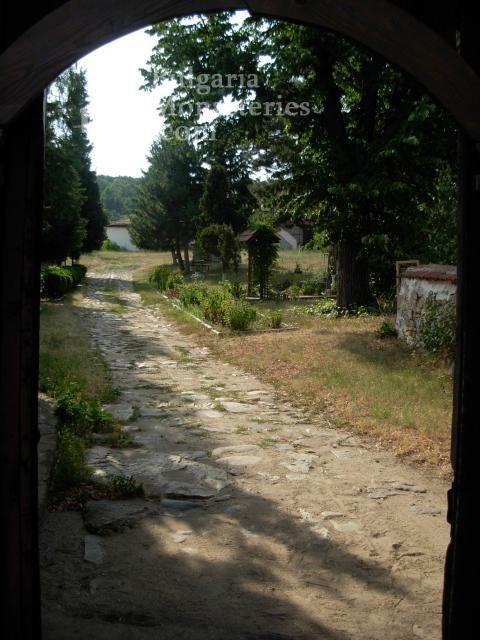 Калугеровски манастир - Манастирският двор (Снимка 6 от 11)