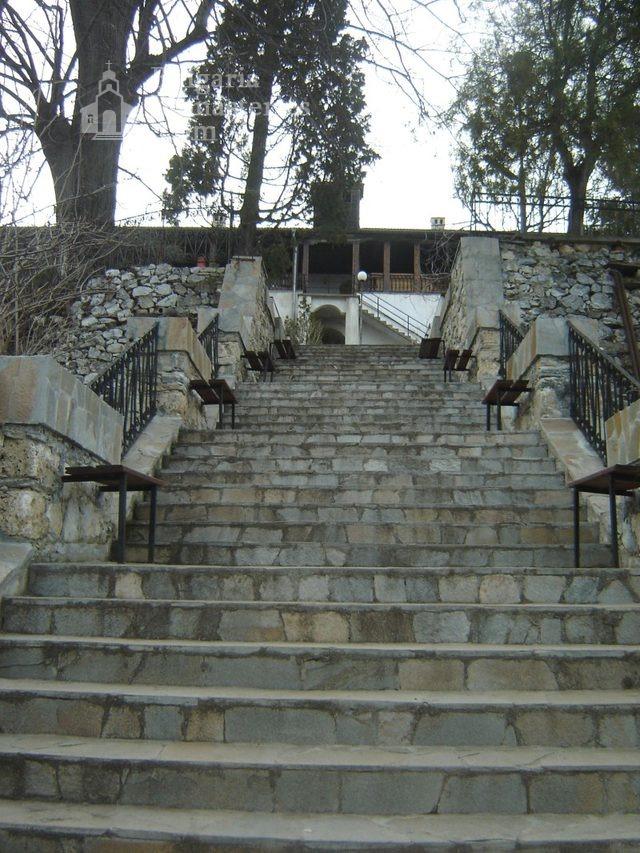 Кукленски манастир - Стълбите към жилищните сгради (Снимка 10 от 27)