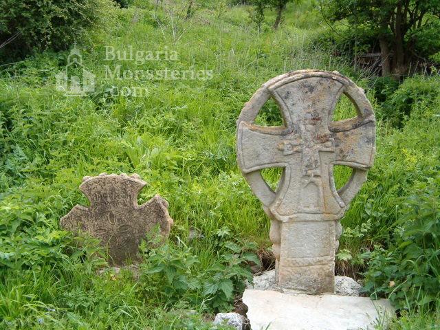 Маломаловски манастир - Кръстове пред църквата (Снимка 5 от 17)
