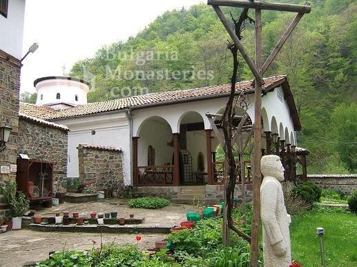 Осеновлашки манастир - Манастирският двор (Снимка 11 от 27)