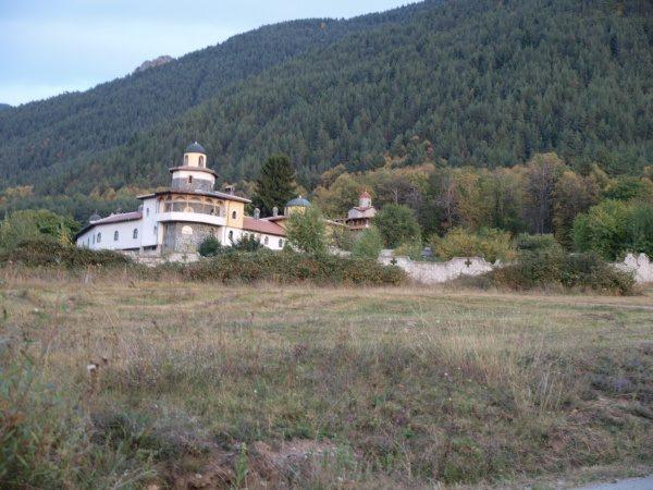 Ресиловски манастир - Манастирът от вън (Снимка 2 от 29)