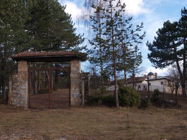 Смолянски манастир - Входна врата и двора  (Снимка 9 от 9)