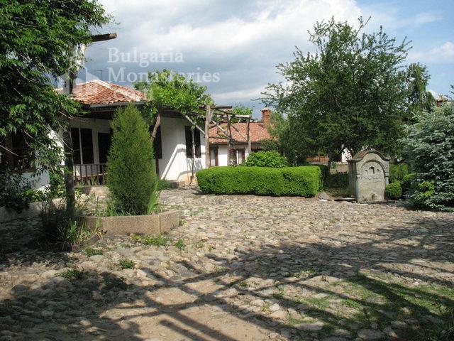Сопотски метох - Двора на манастира (Снимка 2 от 28)