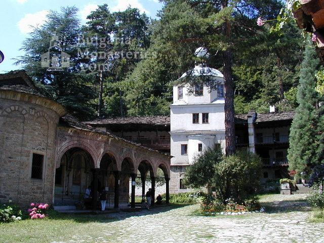 Троянски манастир - Вътрешен двор (Снимка 7 от 50)