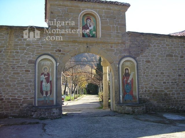 Kilifarevo Monastery - The entrance of the monastery (Picture 19 of 23)