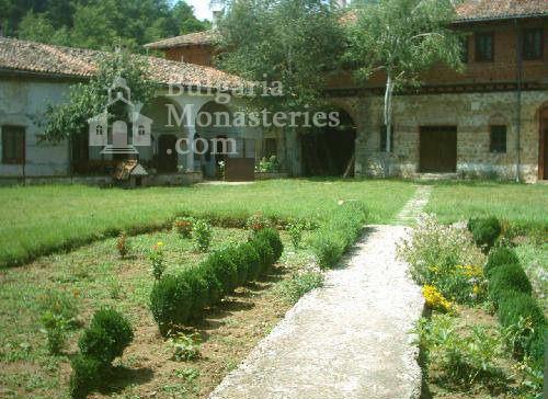 Plakovski Monastery - The courtyard of the monastery (Picture 8 of 12)